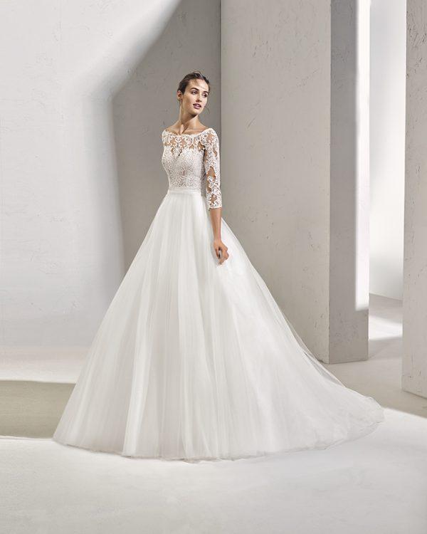 Rochie de mireasa stil printesa, realizata din tul fin si broderie pe top.